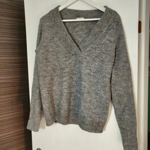 Supermjuk stickad tröja, fina detaljer i urringningen samt i ärmslut. Knappt använd. Frakt tillkommer (35 kr) 🌟
