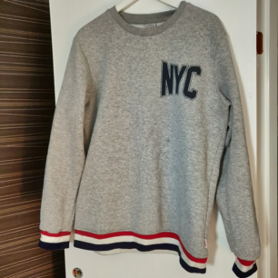 Snygg Sweatshirt, fint skick. Lite oversized, på mig som vanligtvis har S sitter den som en M. Frakt tillkommer 🌟