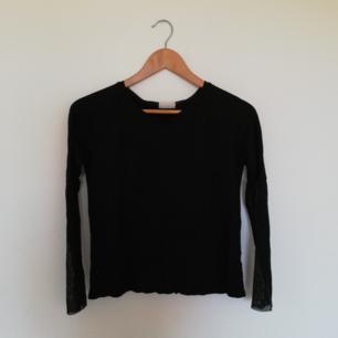 Svart basic tröja från Weekday med mesh på armarna och öppen rygg i stl XS. Frakt 39 kr.