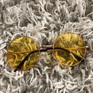 Gula runda solglasögon, perfekta nu till våren!