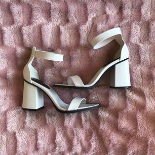 Vita klackar från H&M, aldrig använda utomhus!📁 Köparen betalar eventuell frakt💌📯