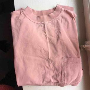 Jättehärlig rosa tröja med bröstficka, typ L-XL men är en XS-S och har använt den som oversize med uppvikta ärmar typ.
