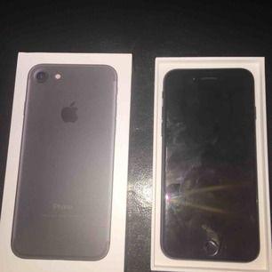 Helt ny iphone 7 svart 32gb OLÅST📱🔓 Inga skador eller fel på den funkar som vanligt👌🏼 Laddare & hörlurar följer ej med📌 Mitt pris som gäller📌  Swish & paypal finns💰💳 Kan frakta då köpare står för fraktkostnaden ca. 55kr 📦🏷