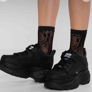 Buffaloo sneakers svarta i storlek 38. Använda ett fåtal gånger. Inget slitage utan som nya.