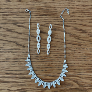 Vackra smycken för exempelvis bal eller student. Jag själv hade dem på min bal, därav är de bara använda en gång. Väldigt fint skick. Örhängena tvättas och spritas självklart innan det skickas. 200 kr inklusive frakt.