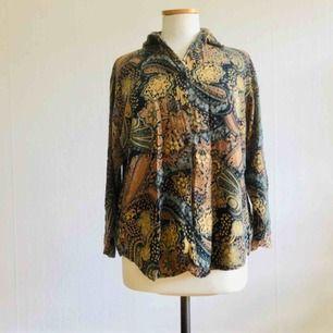 Retro skjorta, mönstrad.   I begagnat skick, något urtvättad men snyggt sliten.   Frakt ingår i priset.
