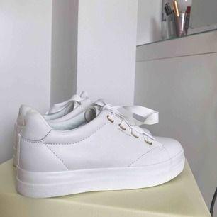 Helt oanvända Gant skor i storlek 38, ligger kvar i förpackningen. Köpte dem för 1400kr och priset kan diskuteras.