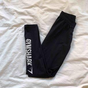 Svarta leggings ifrån Gymshark. Säljer på grund av fel storlek, använd endast 1 gång. Frakt tillkommer!