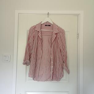 Skjorta i lite blekt röd och vit-randigt tyg. Knapparna går inte enda upp så blir lite mer v-ringat uttryck 🌿✨