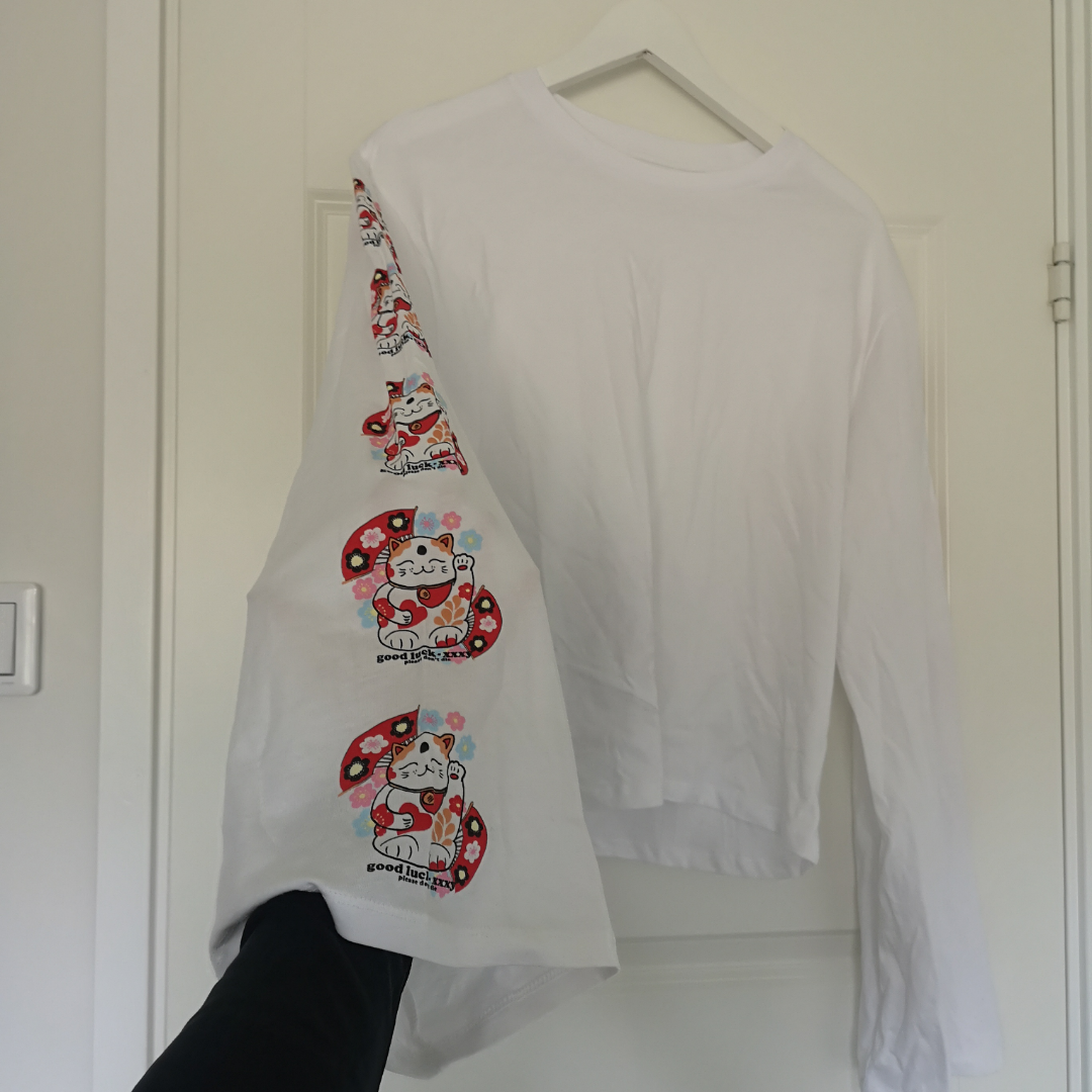 Svinball tröja med långa och vida ärmar med snyggt tryck på båda sidor. Aldrig använd pga känner mig för blek i vitt :((((. Toppar.
