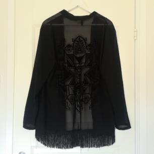 Det är med stor sorg som jag måste göra mig av med den finaste kimonon jag någonsin ägt. Tyvärr inte kommit till användning de senaste åren så därför vi måste splittra på oss. Svart och transparent med raka ärmar och superfint tryck på ryggen 👾