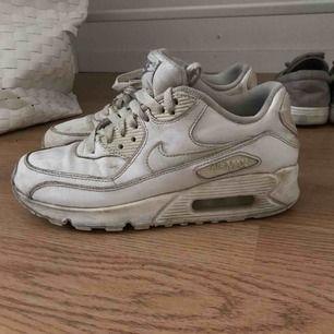 Säljer ett par vita Nike air max som är väl använda. Storlek 37 🤪