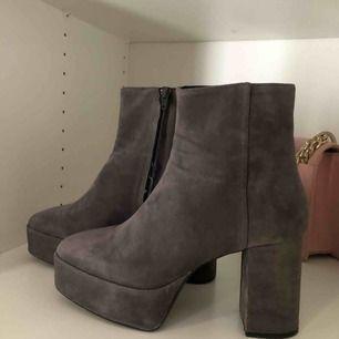 Gråa boots med platå. Använda 2 gånger men i gott skick. Köpare står för frakt, kan mötas upp i Stockholms området!