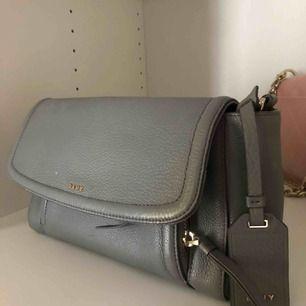 DKNY väska, 2-3 år gammal med sparsamt använd.   Köparen står för frakt eller möts upp i Stockholmsområdet.