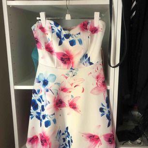 Vit klänning perfekt till sommarens högtider, som student, skolavslutning midsommar etc.  Använd 1 gång på egen skolavslutning, Ariana Grandes kollektion