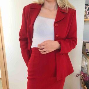 Ett supersnyggt rött kostymset från Claude Zana som jag köpte i en vintagebutik i Paris. Kavajen och kjolen är i jättebra kvalité, inget slitage och jag själv har aldrig använt den. Priser kan diskuteras och den säljs till den som budar högst!💘