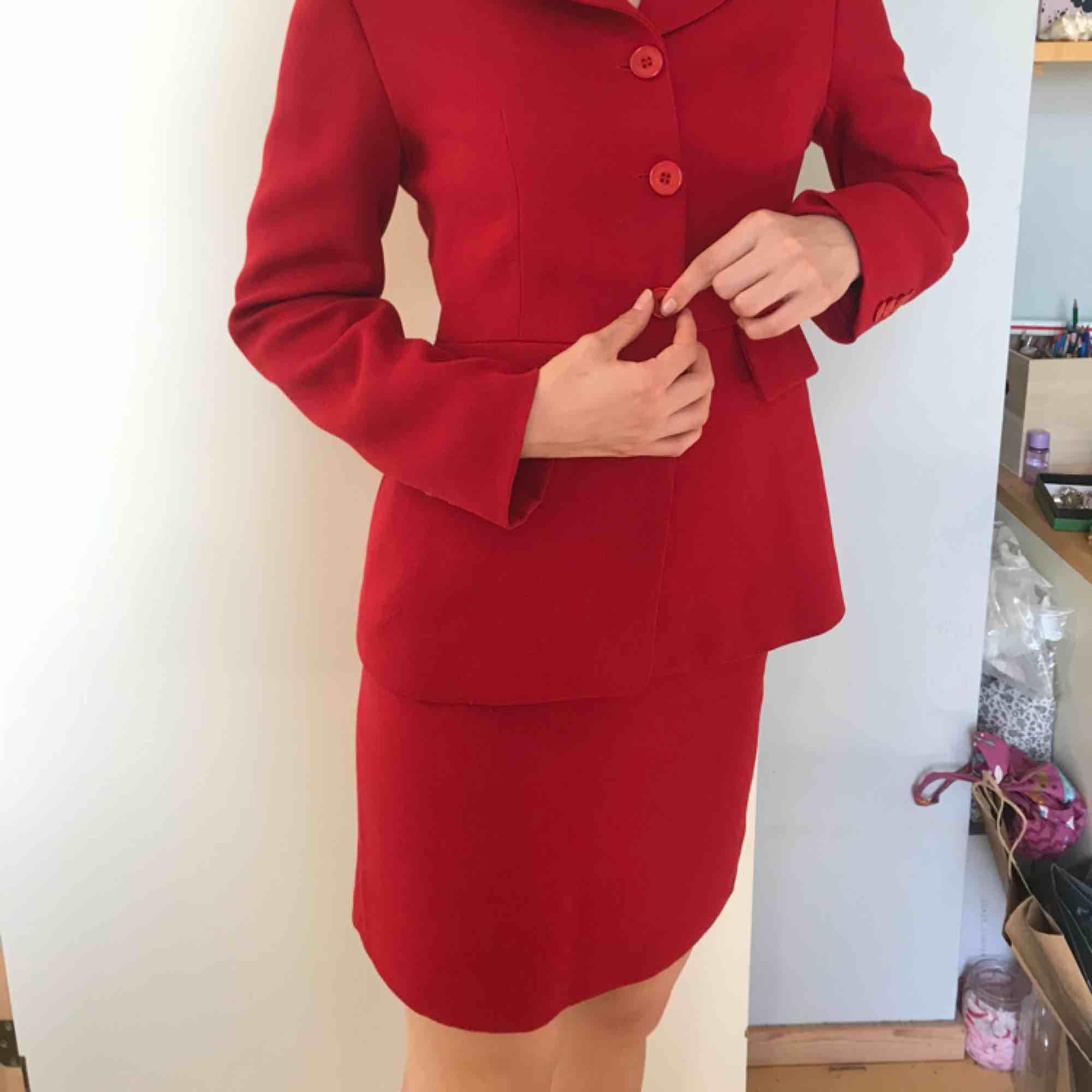 Ett supersnyggt rött kostymset från Claude Zana som jag köpte i en vintagebutik i Paris. Kavajen och kjolen är i jättebra kvalité, inget slitage och jag själv har aldrig använt den. Priser kan diskuteras och den säljs till den som budar högst!💘. Kostymer.