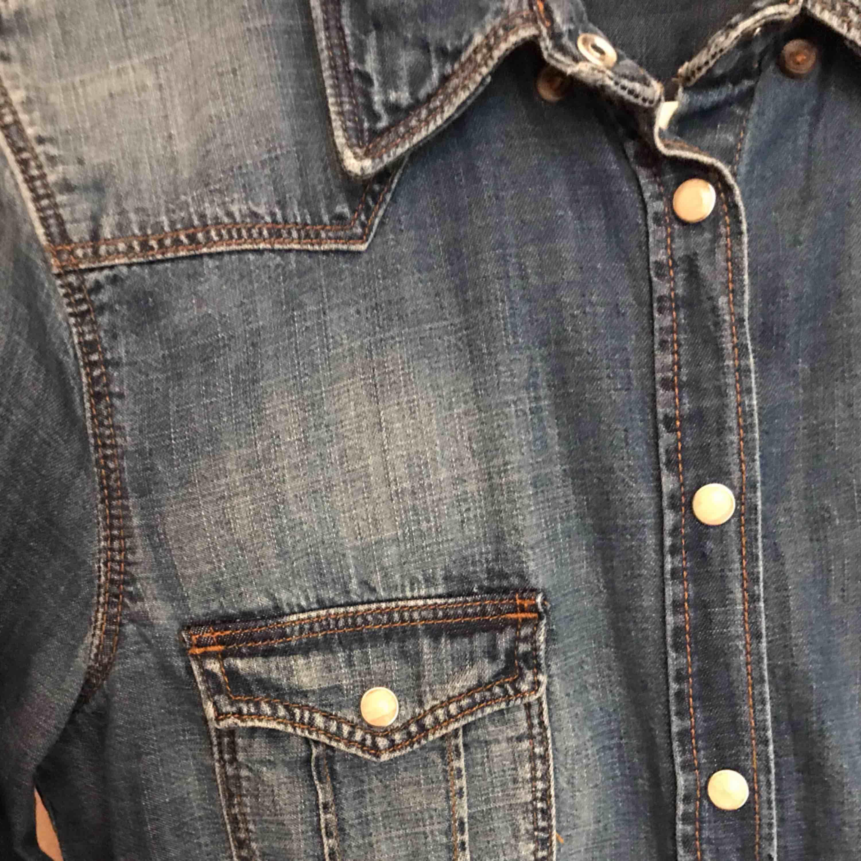 """Jeansskjorta, använd vid ett enstaka tillfälle. Mycket fint skick! Storlek S/36. Härlig blå färg med snygga """"tvättade"""" detaljer.  Betalning: Swish.  *Köpare står för frakt!  😊. Skjortor."""