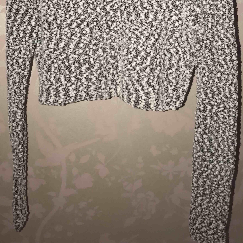 Croptop från H&M. Inte kommit till användning. Skön och luftigt stickad. Bra längd(lång) i ärm. Betalning: Swish   *Köpare står för frakt!  😊. Toppar.