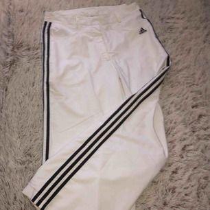 Ett par vita adidas butcut byxor, köpta på humana