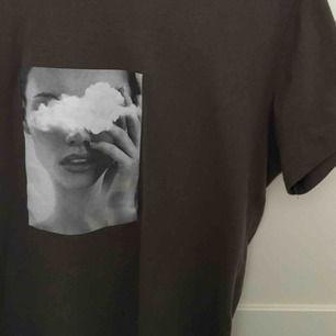 Grön/brun T-shirt med tryck på, köpt i en butik i Dubai