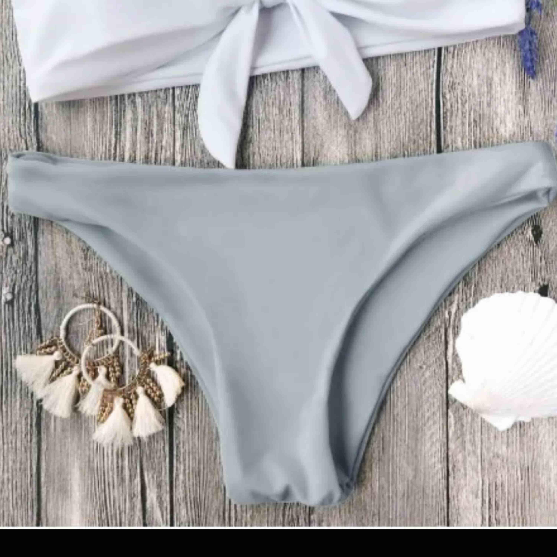 Jättesnygga bikiniunderdel med halvstring Storlek M men skulle säga S, jättefin passform Helt nya, råkade beställa 2  120kr ink frakt. Accessoarer.