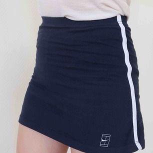 Mörkblå retro tenniskjol från Nike i strl 140-152, men då den är stretch passar den mig som är XS. Sitter fast underbyxor i den.  Längd: ca 33 cm  I priset ingår frakt (ej spårbar) inom Sverige