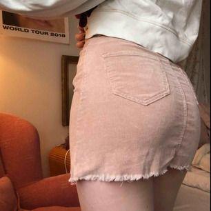 """En rosa manchesterkjol i nyskick från Brandy Melville. Det är """"one size"""" på kjolen men den passar er med storlekarna 34-36. Perfekt nu till våren! Kan mötas upp i Stockholm annars står köparen för frakt, kram."""