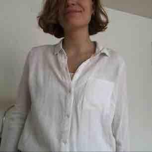 Vit skjorta från H&M. Väldigt bekväm och i gott skick!. Skjortor.