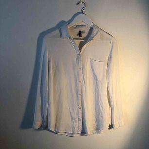 Vit skjorta från H&M. Väldigt bekväm och i gott skick!