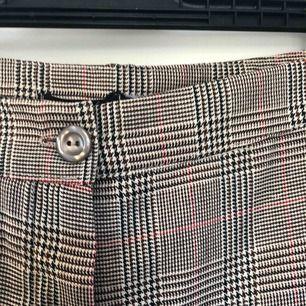 Rutiga snygga kostymbyxor från Boohoo. Ser större ut än vad dem egentligen är på bilden. Endast provade, lapp kvar! Köpare står för eventuell frakt!