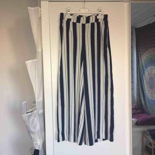 Ett par jättesnygga randiga kostymbyxor från hm! Aldrig använda! Frakt 36kr tillkommer!💕💕