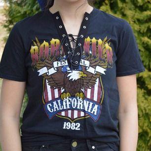 Väldigt snygg lace up t-shirt från Boohoo! Fri frakt!