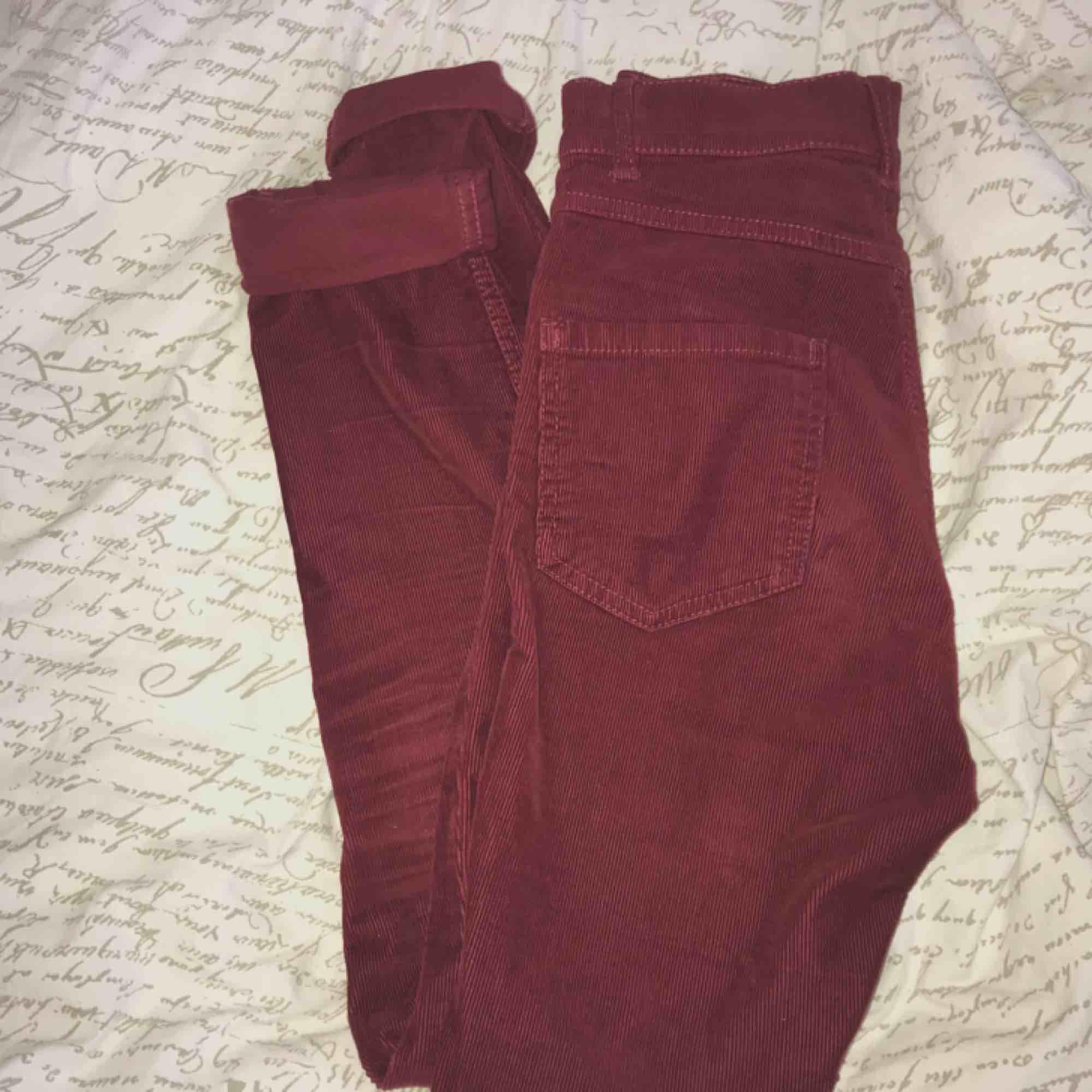 Högmidjade vinröda Monki jeans storlek xs/s Stretchiga och sköna! Nyskick💕. Jeans & Byxor.