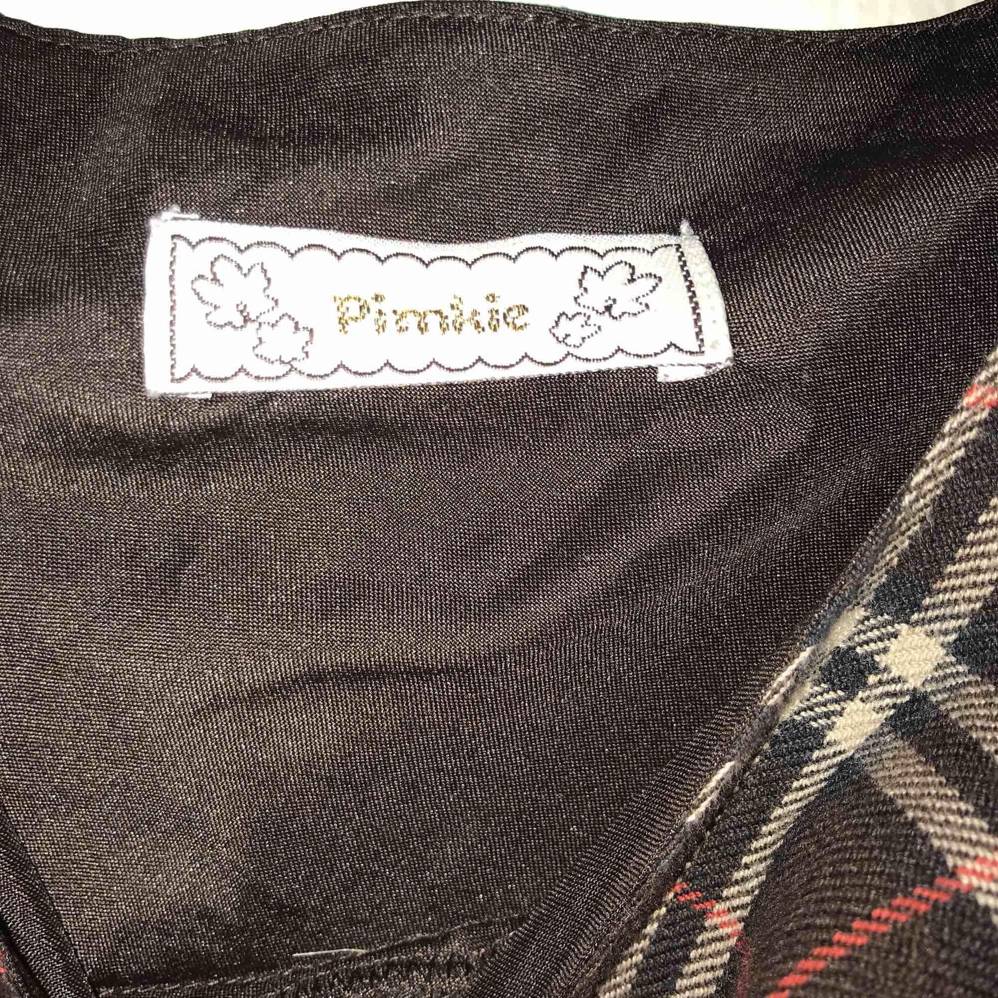 Rutig klänning från märket Pimkie. Två fickor och knappar där bak. Dragkedja i sidan. Står ingen storlek men skulle säga S.. Klänningar.