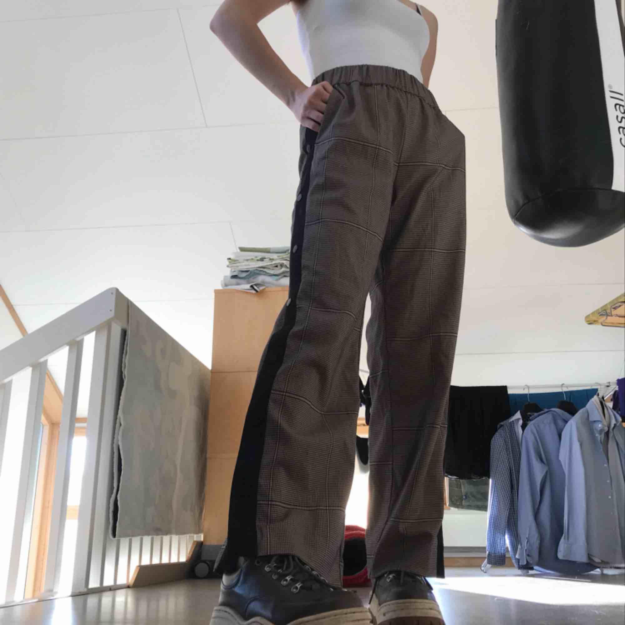 Galet snygga byxor ifrån Monki! Byxorna är grårutiga med knappar som man kan knäppa upp längst ner så det blir bootcut. Har aldrig använt byxorna pga fel storlek för mig. Ni betalar frakt och pris kan diskuteras. . Jeans & Byxor.