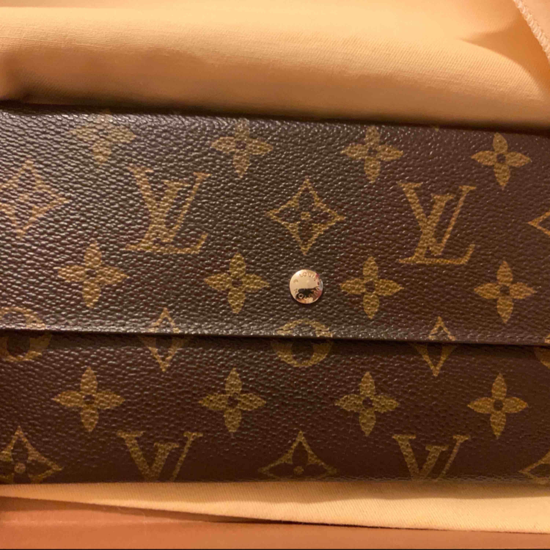 Louis Vuitton Plånbok fin skick. Äkta så klart då det gammal modell så är det Vintage. Aldrig använt köpte fel så säljer den nu vidare. Pm för intresse. Frakt ingår. Väskor.