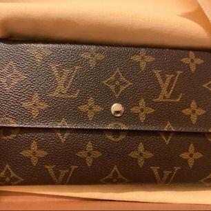 Louis Vuitton Plånbok fin skick. Äkta så klart då det gammal modell så är det Vintage. Aldrig använt köpte fel så säljer den nu vidare. Pm för intresse. Frakt ingår