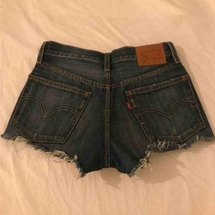 Så fina shorts i en mörkblå färg med detaljer. Levis 501! Storlek 24. Oanvända! Frakt: 40 kr