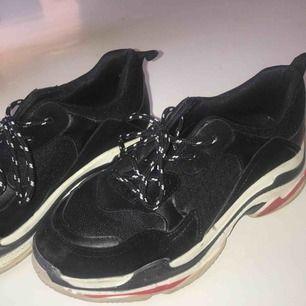 Feta Balenciaga liknande skor, använda fåtal gånger. Köpt från fashion. Väldigt bra skick ! Frakten kostar bara 50kr :-)