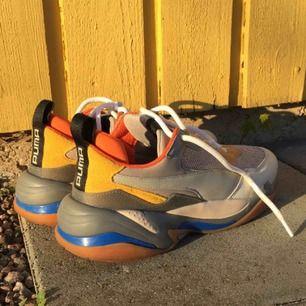 Feta skor ifrån puma thunder spectra, säljer inkl frakt. Nästan helt oanvända och i extremt bra skick. Skriv för fler tydligare bilder! Nypris 1300kr. Obs. Ingen prutning. Original lådan tillkommer ! :-)
