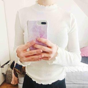 Jättesöt vit och ribbad turtleneck tröja från h&m. Frakt och mötas upp går båda 💓