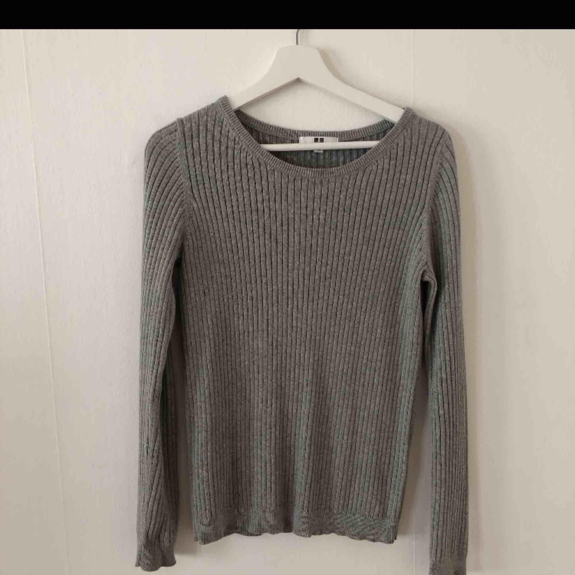 Skön tröja från UNIQLO. 95 % bomull 5 % Cashmir. Storlek S, passar även M. Tröjor & Koftor.