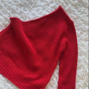 Säljer en röd ONE shoulder ifrån NAKD, i jättefint skick.