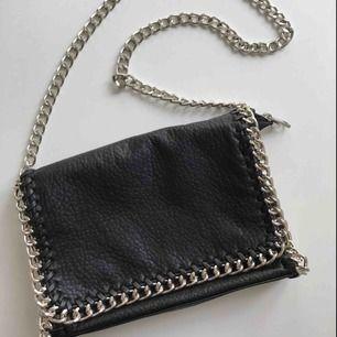 Säljer en svart tiamo väska i jättefint skick💗