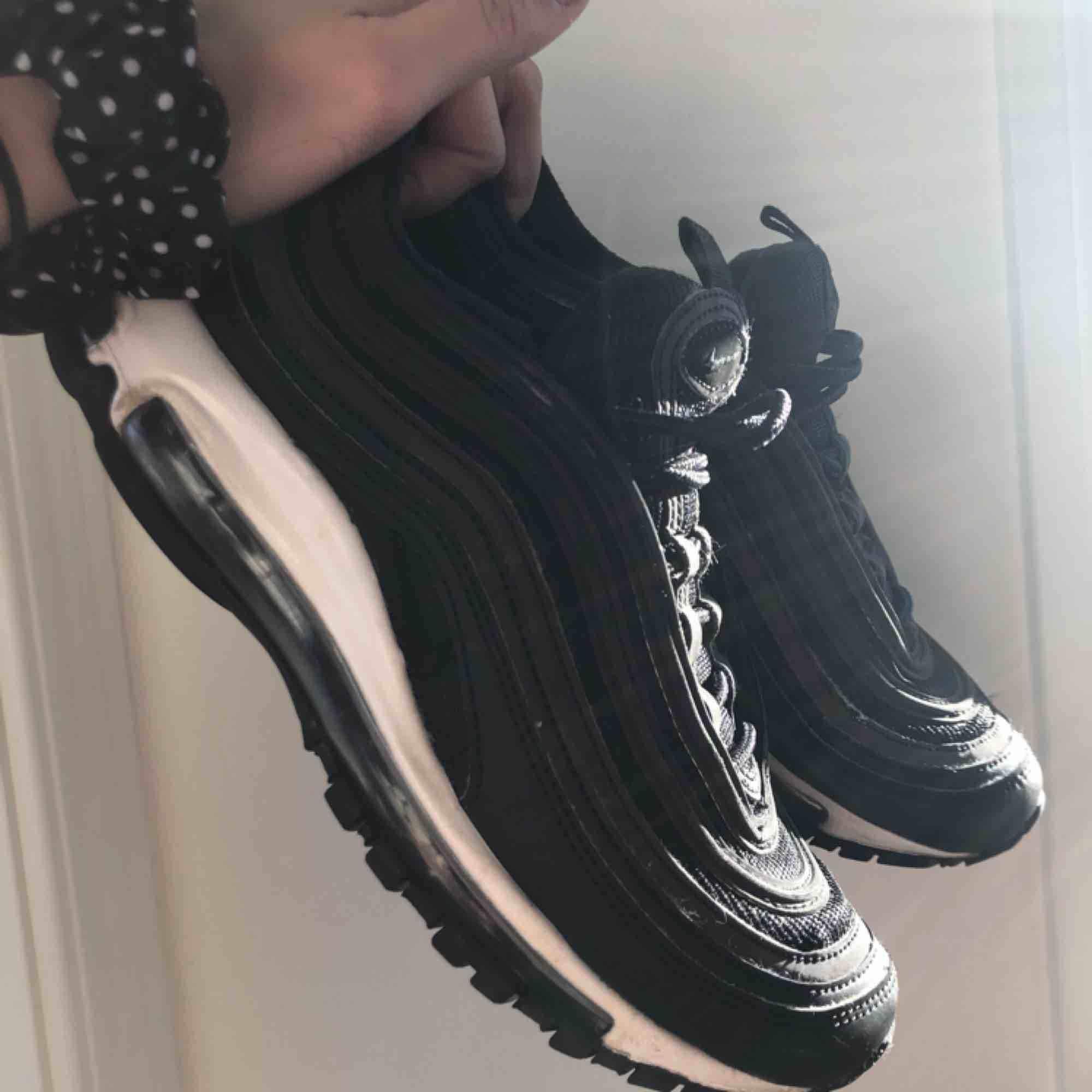 säljer nu mina Nike Air Max 97 super feta och sparsamt använda! jätte sköna på fötterna priset kan diskuteras, frakten ingår just nu i priset💌. Skor.