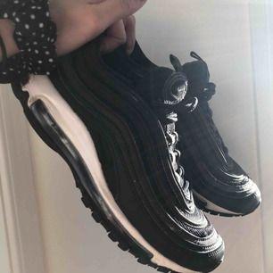 säljer nu mina Nike Air Max 97 super feta och sparsamt använda! jätte sköna på fötterna priset kan diskuteras, frakten ingår just nu i priset💌
