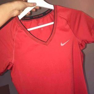 Snygg röd tränings tröja ifrån Nike! Skriv vid frågor, frakt 50kr☺️
