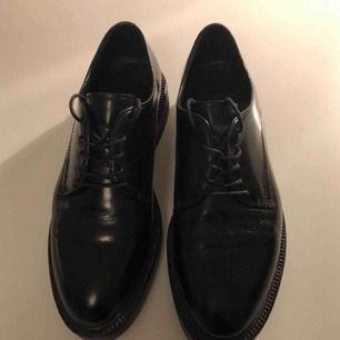 Svarta skor med gummisula från Vagabond. I fint skic!