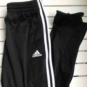 Svarta coola adidas byxor. Helt nya och oanvända! Skriv privat för mer bilder och info osv